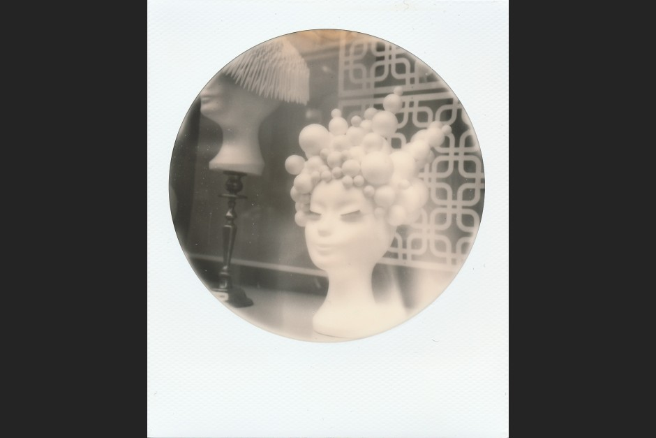 Schaufenster Friseur-Salon, Polaroid SX-70, B&W 600 Round Frame Edition, Schellhase