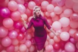 Supercandy House_Model vor Wand mit lauter pinker Luftballons