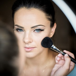 Portrait mit Make-up-Pinsel